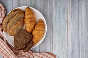 pão fatiado em fundo de madeira com espaço de cópia foto