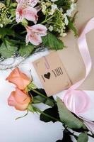 vista superior de um buquê de flores de alstroemeria rosa foto