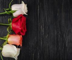 vista superior de um buquê de rosas brancas vermelhas e cor de coral