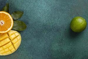 vista superior de frutas fatiadas foto