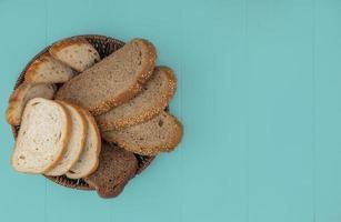 pão fatiado em fundo azul com espaço de cópia foto