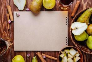 vista superior de um caderno de desenho em fundo de madeira