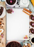 vista superior de um caderno de desenho e grãos de café
