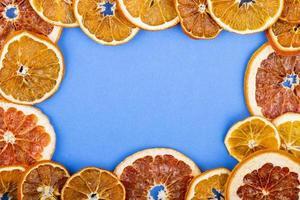 vista superior de uma moldura feita de laranjas secas foto