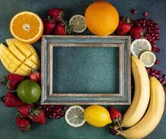 vista superior da moldura de madeira com frutas