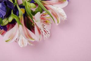 vista superior de um buquê de flores roxas escuras