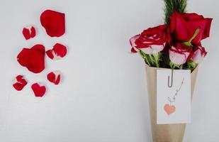 vista superior de um buquê de rosas vermelhas