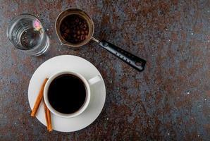 vista superior de uma xícara de café e grãos de café