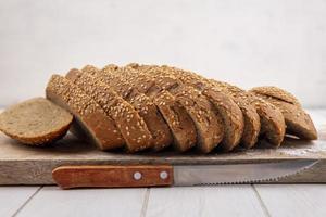 vista lateral de sabugo com sementes marrom fatiado foto