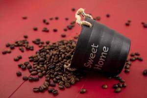 vista lateral de grãos de café frescos caindo da cesta foto