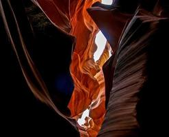 luz brilhando através da formação rochosa
