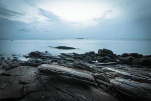 longa exposição de uma costa rochosa