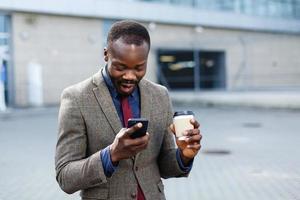 homem fica surpreso lendo em seu telefone