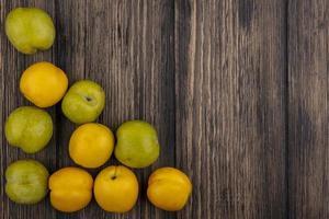 vista superior de frutas em fundo de madeira com espaço de cópia foto
