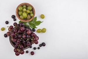 vista superior de uvas vermelhas e uvas brancas