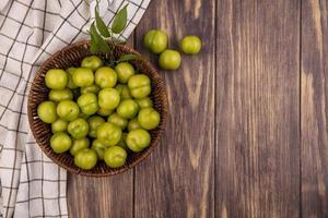 vista de cima de ameixas verdes em uma cesta foto
