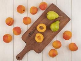 vista de cima da fruta meio cortada e inteira