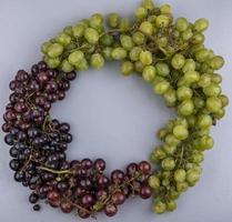 vista superior de uvas em forma redonda em fundo cinza com espaço de cópia