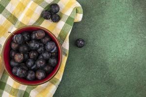 vista de cima de pequenos abrunhos de frutas azedas azuladas
