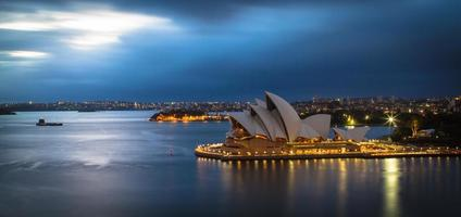 sydney, austrália, 2020 - longa exposição da casa de ópera de sydney à noite foto