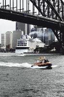 sydney, austrália, 2020 - navio e barco perto de uma ponte