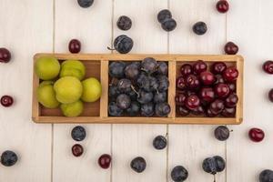 vista superior de frutas frescas em uma bandeja de madeira
