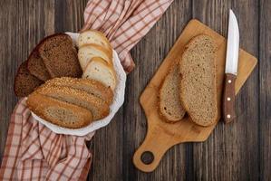 vista superior do pão fatiado foto