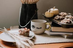 muffin em um prato cinza na superfície estilizada