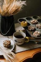 muffins em uma lata em uma mesa marrom estilizada