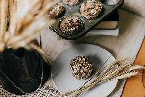 muffins em um prato cinza