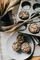 close-up de muffins em um prato cinza