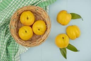 vista superior de deliciosos pêssegos amarelos frescos