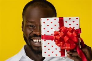homem segurando um presente
