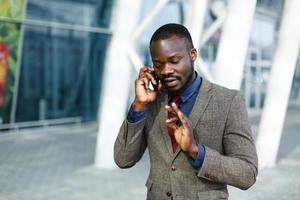 homem falando ao telefone foto