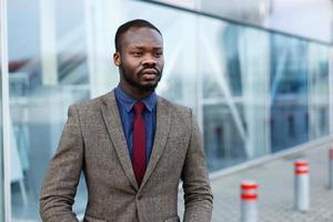 elegante empresário negro afro-americano posa de terno foto