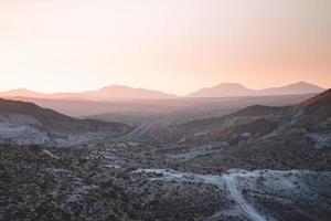 pôr do sol no deserto de Mojave foto