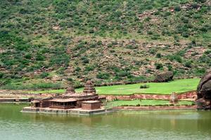 templos à beira do lago foto