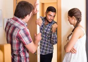 briga com o vizinho interno