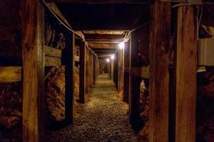 passagem de mina subterrânea nas montanhas foto