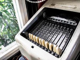 calculadora mecânica vintage foto