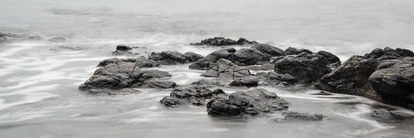 paisagem panorâmica da costa rochosa ao nascer do sol foto