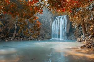 cachoeira no lindo outono foto