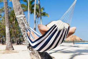 mulher na rede na praia foto