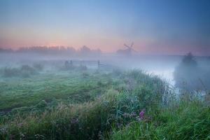 nevoeiro matinal denso e moinho de vento
