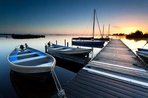 nascer do sol sobre o porto do lago foto