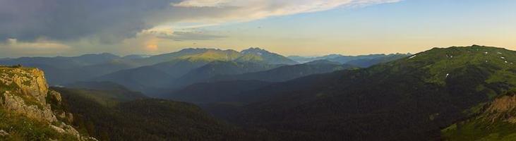 panorama da montanha ao sol foto