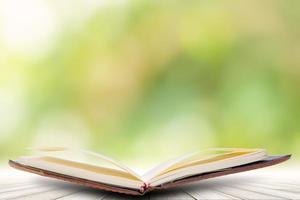 livro em piso de madeira com fundo bokeh foto