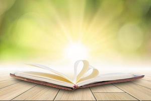 livro em piso de madeira com fundo bokeh