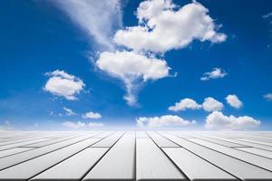 placas de piso de madeira com fundo de céu azul