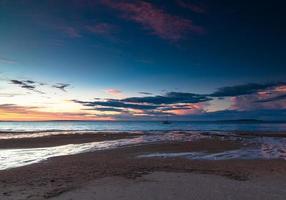 longa exposição de um pôr do sol sobre o oceano